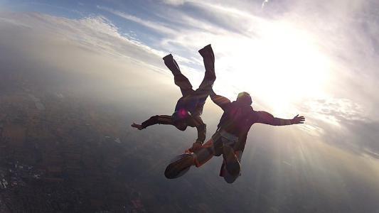 بالفيديو.. قائد طائرة شراعية أنقذ حياة الراكب وفشل في إنقاذ نفسه