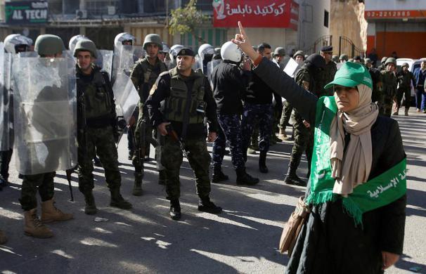 الأجهزة الأمنية تقمع وتعتدي على مسيرة لحركة حماس في الخليل