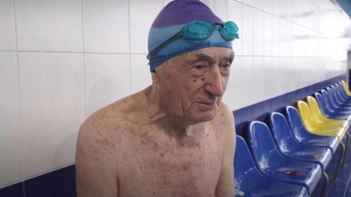 عمره 93 عاما.. روسي يحرز لقبا عالميا في السباحة! (فيديو)