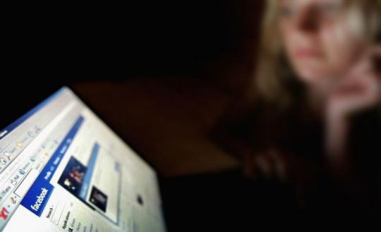 """سارة تطلب الخلع: """"يصورني عريانة وبيطلع لايف من أوضة النوم على فيسبوك"""""""