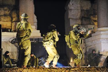 """جيش الإحتلال يواصل عمليات البحث عن منفذي عملية """"عوفرا"""""""