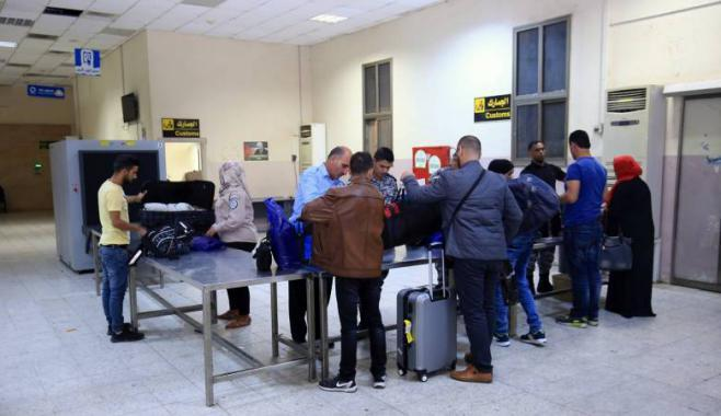 الاحتلال يمنع سفر 8 مواطنين من معبر الكرامة