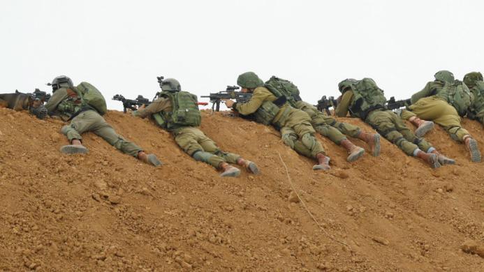 جيش الاحتلال يدعي إلقاء قنبلة نحو قواته شرق قطاع غزة
