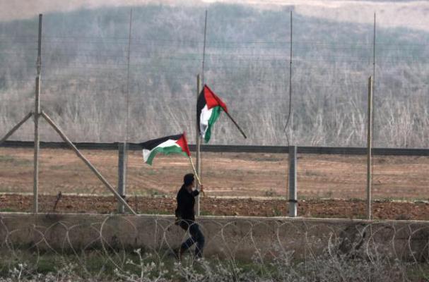 واللا: الجيش الإسرائيلي يفجر علماً على حدود غزة