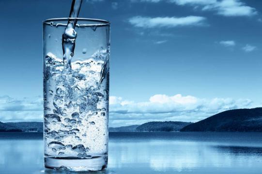 6 أسباب تدفعك لبدء يومك بكوب ماء