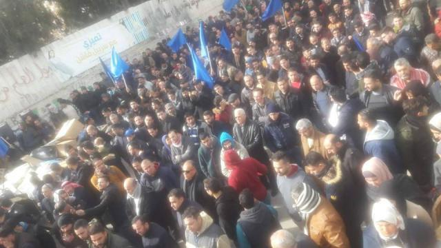 الخليل.. آلاف العمال يطالبون حكومة الحمد الله بالاستقالة