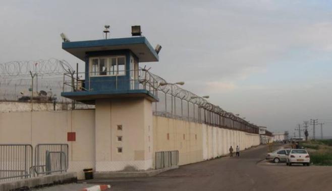 """أسرى """"عوفر"""" يبدأون إضرابًا عن الطعام.. وإدارة السجن تمنع المحامين من زيارتهم"""