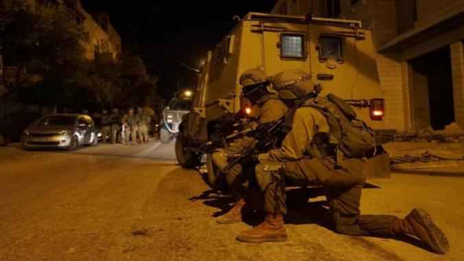 الاحتلال يعتقل 3 مواطنين ويقتحم منزل عائلة الشهيد صالح البرغوثي