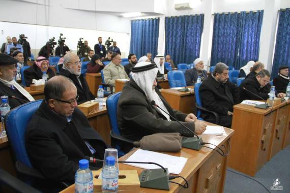 """""""التشريعي"""" يقرّ بالأغلبية نزع الأهلية السياسية عن أبومازن"""