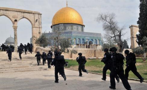 قوات الاحتلال ووحدات خاصة تقتحم المسجد الأقصى