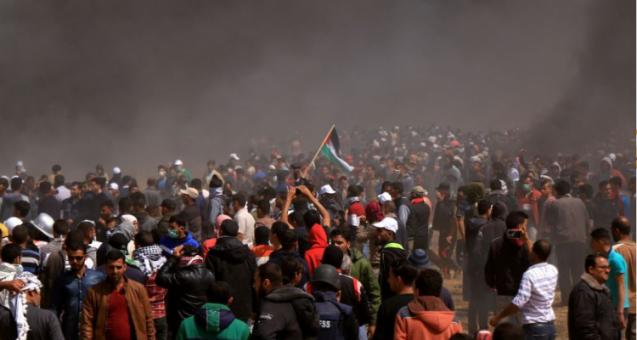 هآرتس: سلوك المتظاهرين قرب حدود غزة غدا سيحدد عملية توزيع أموال القطرية أم لا