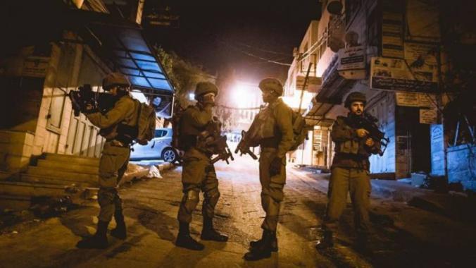 جيش الاحتلال يعتقل 12 مواطنا من الضفة الغربية
