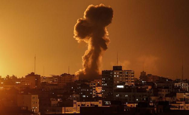 طائرات مروحية إسرائيلية تقصف أهدافاً متفرقة شرق وجنوب قطاع غزة