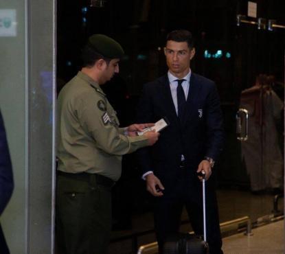 """بالفيديو: رونالدو في السعودية.. """"تفتيش"""" وصورة مع نجل الملك"""