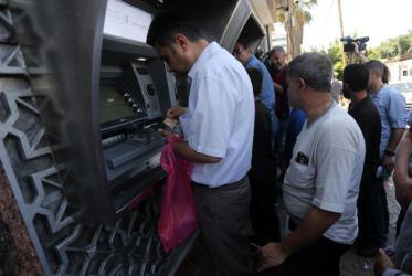 فتح: إعادة خصومات رواتب السلطة تدريجياً والصرف 75% للموظفين