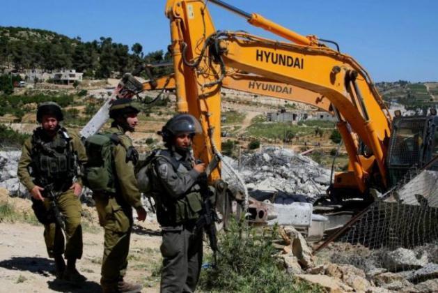 الاحتلال يجبر الشاب ابراهيم بدران على هدم مبنى يملكه في البعنة بالداخل