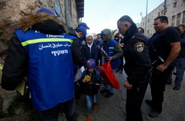 """جيش الاحتلال ومستوطنوه يعتدون على """"لجان الحماية والتوثيق"""" في الخليل (صور)"""