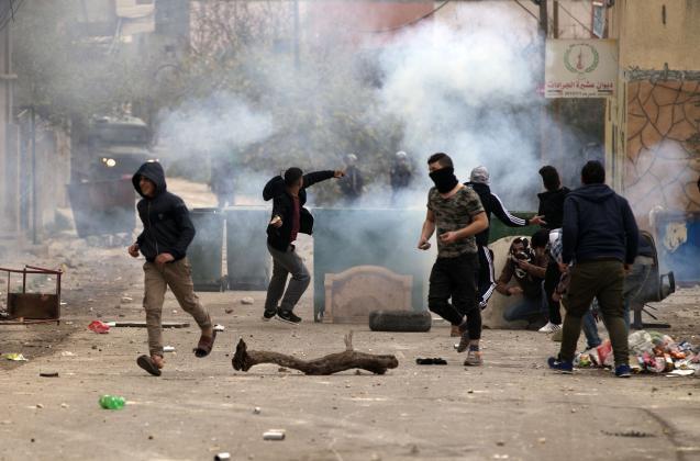 إصابات بالاختناق عقب اقتحام الاحتلال محيط المدارس في أبو ديس