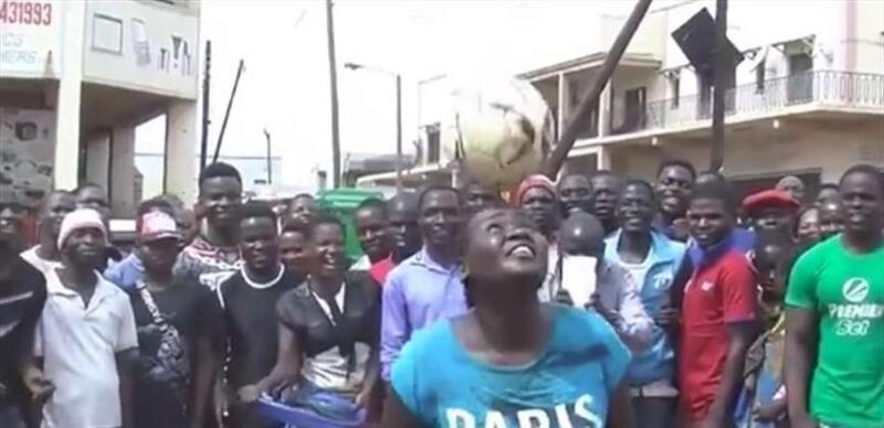 سيدة أفريقية تثير ترامب بمهارتها الكروية (فيديو)
