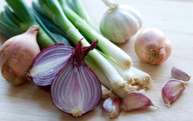 دراسة: تناول البصل والثوم يحميك من شبح سرطان الأمعاء