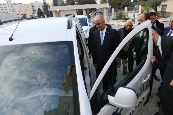 الحمد الله يرحب بتوفير سيارات كهربائية صديقة للبيئة بفلسطين (صور)