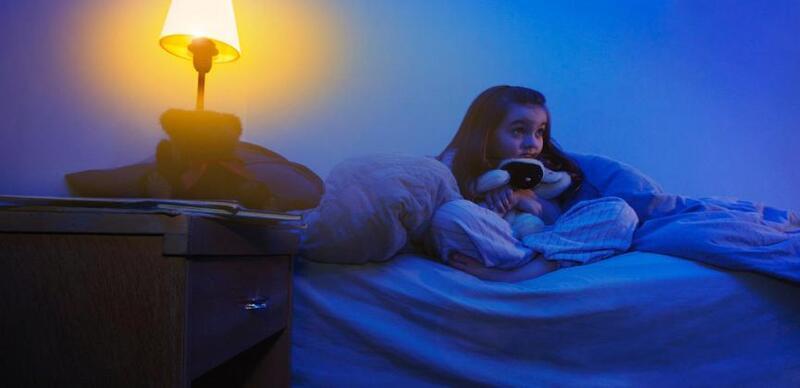 هل يعاني أطفالك القلق عند النوم؟ 8 طرق تساعدك على تخطي المشكلة