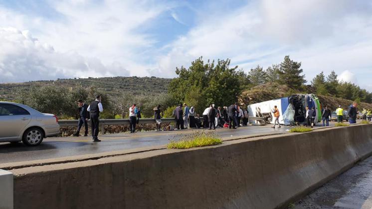 35 إصابة بينها خطيرة بانقلاب حافلة إسرائيلية في القدس