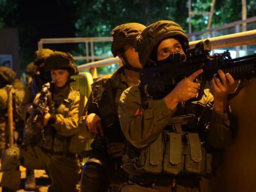 جيش الاحتلال يعتقل 14 مواطنا بينهم رئيس أوقاف القدس ونائبه
