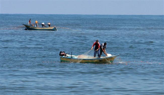 بحرية الاحتلال تصيب وتعتقل خمسة صيادين من بحر قطاع غزة