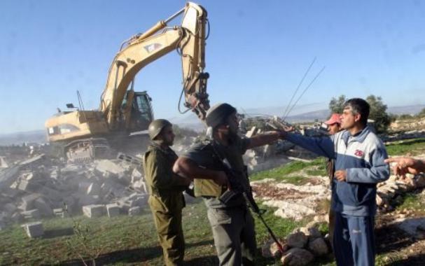 جيش الاحتلال يهدم 8 منشآت وخزانات مياه في الاغوار