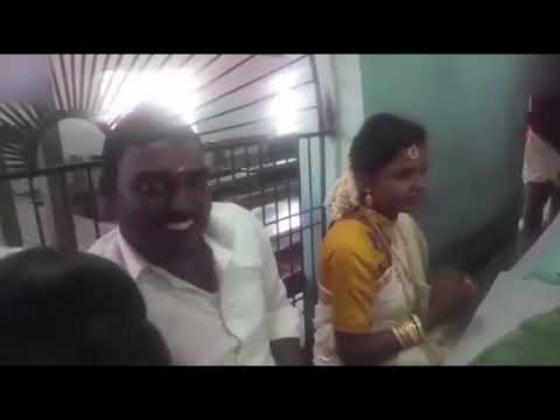 شاهد.. ردة فعل غير متوقعة من رجل هندي عندما حاولت العروس مداعبته أثناء زفافهما!