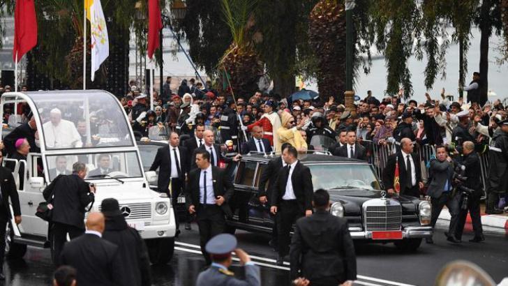 """شاهد شاب يعترض موكب العاهل المغربي أثناء ترحيبه بـ """"بابا الفاتيكان"""""""