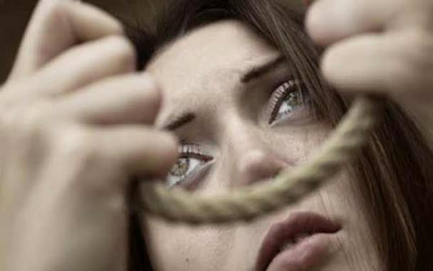 أعدت خطة شيطانية للتخلص منه بمساعدة عشيقها.. امرأة تحاول شنق زوجها بعد 20 يومًا من قرانهما