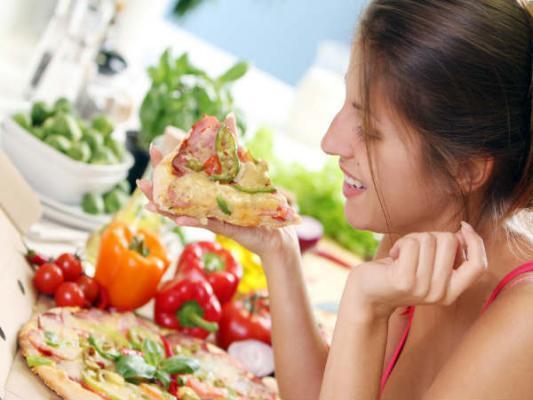 ماذا يحدث لجسمك عند النوم بعد الأكل مباشرة؟