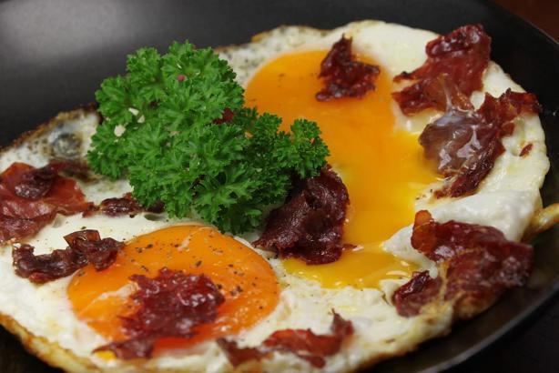 شديدة السمية.. تعرف على مخاطر تناول البيض بالبسطرمة