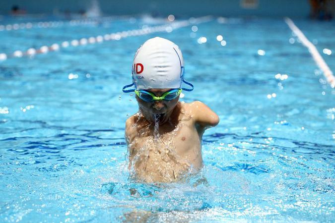 السباح إسماعيل زولفيتش وُلد بلا ذراعين لكن ذلك لم يمنعه من احتراف السباحة (صور)