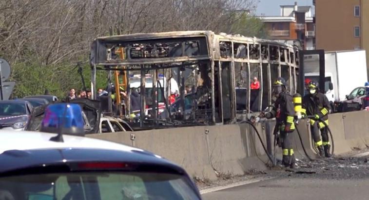 سائق يضرم النار في حافلة تقل أطفالًا في إيطاليا