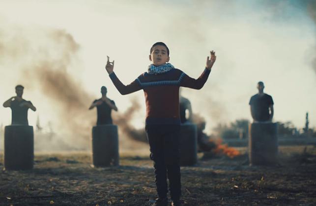 """""""لا تنازل"""".. طفل فلسطيني يغني بشوارع وأزقة غزة (فيديو)"""