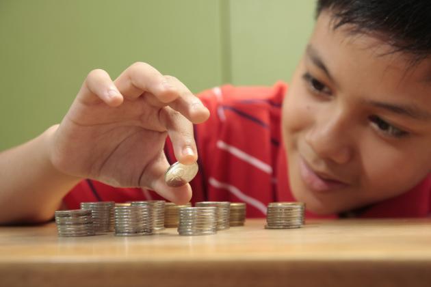 تعرف كيف تُعلم طفلك كيفية توفير المال