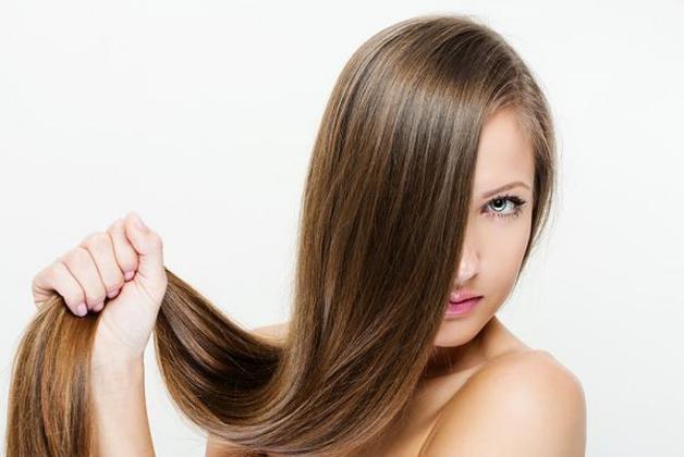 وسائل طبيعية لتمليس الشعر بالمنزل