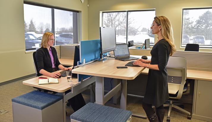 هل تساعد المكاتب الواقفة على خسارة الوزن؟