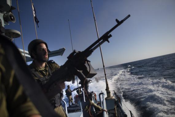 زوارق قوات الاحتلال تستهدف مراكب الصيادين في بحر شمال غزة