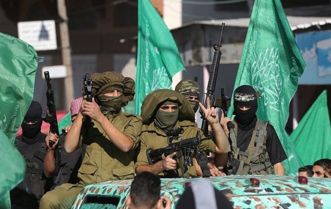 صحيفة عبرية تزعم: بالتهديد والإغراء بالمال: حماس جندت عشرات من ضباط السلطة بالضفة