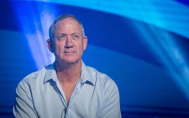 """غانتس بعد الادلاء بصوته: اتعهد بـ""""مسار جديد"""" لإسرائيل"""
