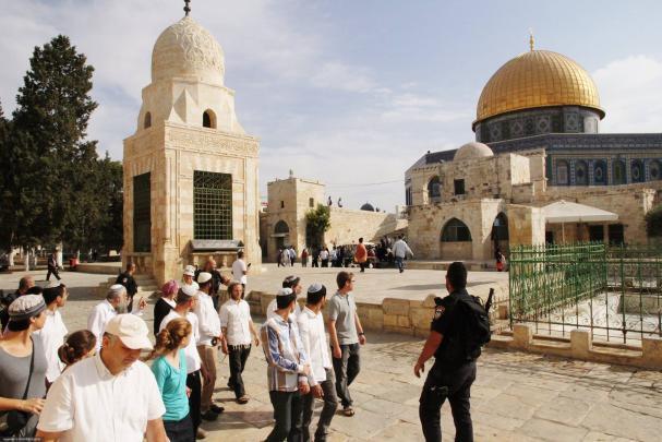 الاف المستوطنين يقتحمون المسجد الأقصى والحرم الابراهيمي