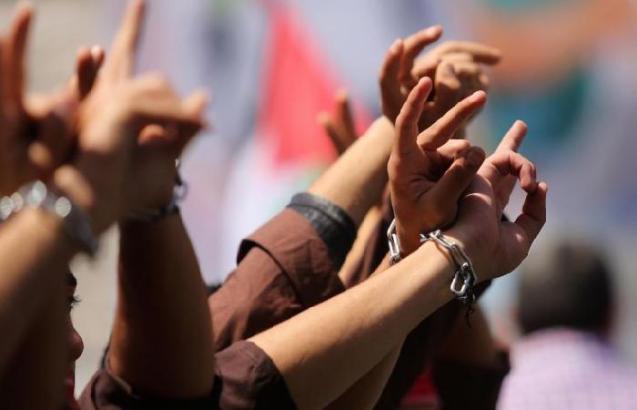 إعلام الأسرى: تأجيل البدء بالإضراب المفتوح عن الطعام داخل سجون الاحتلال