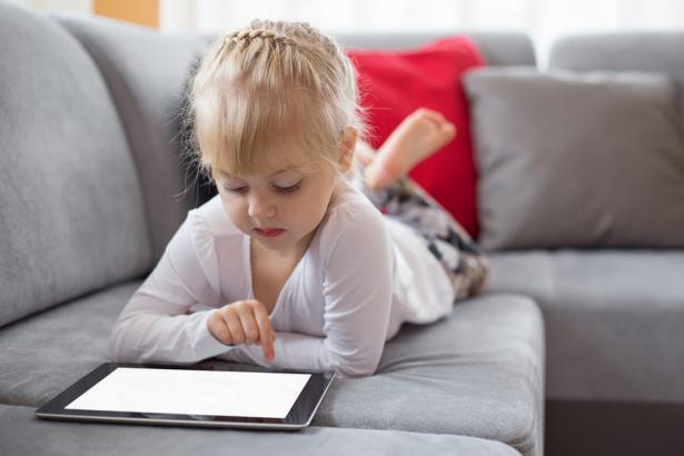 كم ساعة يجلس طفلك أمام الشاشة؟