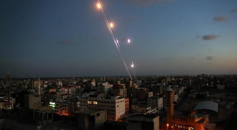 فصائل المقاومة تبدأ بإطلاق رشقات صاروخية مكثفة على غلاف غزة