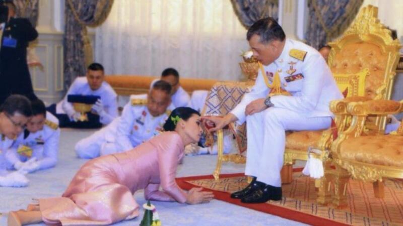 بالفيديو.. ملك تايلاند يتزوج من حارسته الشخصية في حفل زفاف مفاجئ!