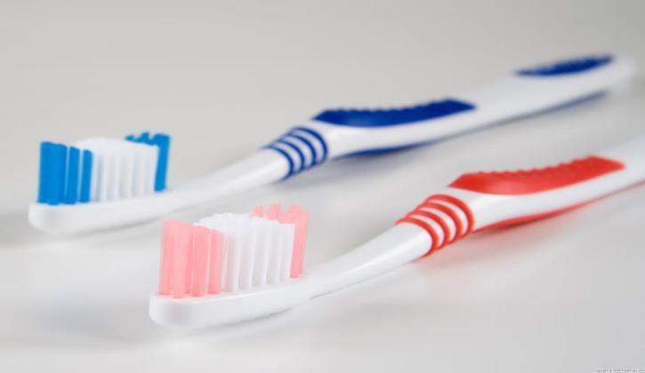 """حقائق """"مخيفة"""" عن فرشاة الأسنان.. كيف تحمي نفسك؟"""